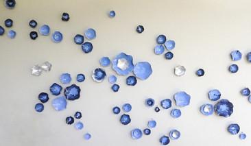 BUTTERMILK SKY, Porcelana esmaltada y paladio, 475 x 173 cm.