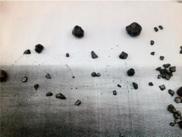 GRIS PARDO, Imagen intervenida con dibujo y piedras pintadas sobre una mesa, 100 x 80 cm. 2013