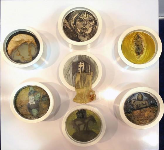 LA CASA DE BREMEN Y EL VESTIDO DE DOLORES, Encausto sobre vidrio, montado sobre cilindro de madera. Ø20 cm