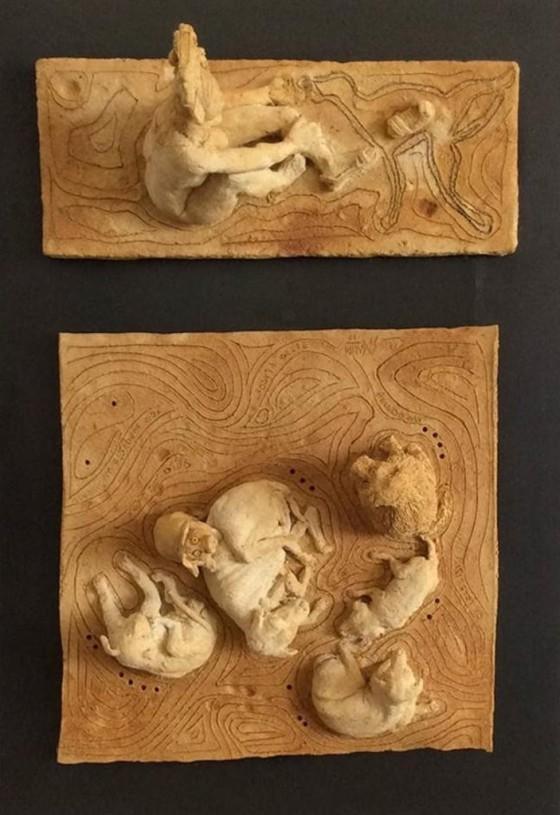 SIN POSIBILIDAD DE MOVIMIENTO. Relieve en cerámica con óxidos, 71 x 49 cm.